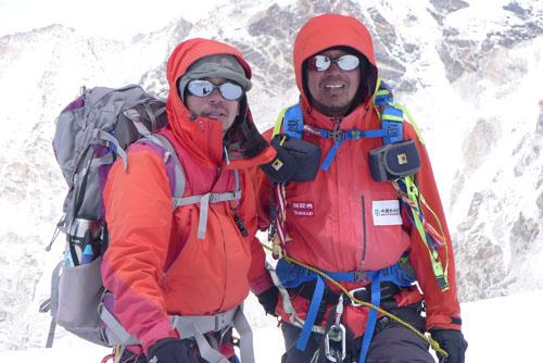 刘永忠(左)及深圳登协副会长张梁在攀登海拔8463米马卡鲁峰途中