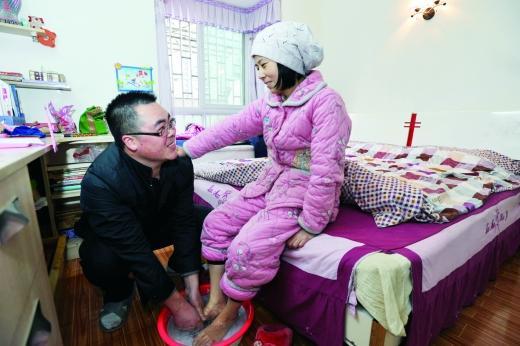 吴廷河悉心照顾生病的妻子,为她打水洗脚。