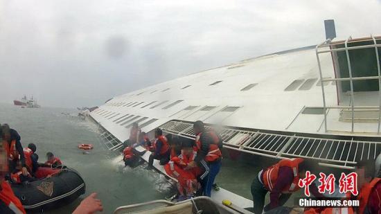 """2014年4月30日消息,韩国又公开了一段""""岁月""""号客轮沉没当天的视频。这段视频由全罗南道渔业指导船一名水手头盔上的摄像头拍摄,记录了16日10点4分至25分钟对""""岁月""""号乘客的救援情况。图片来源:CFP视觉中国"""