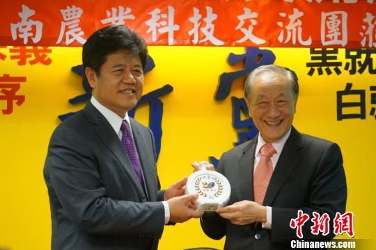 5月8日,中共云南省委常委、统战部长黄毅(左)同新党主席郁慕明(右)交换礼物。当天,云南省农业科技交流团访台,并在台北的新党党部举行座谈会。中新社发 李志全 摄