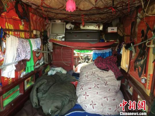"""因为锁骨骨折暂时无法工作的郭景新经常陪着妻子坐在""""房车""""边休息、看风景 蔡迅翔 摄"""