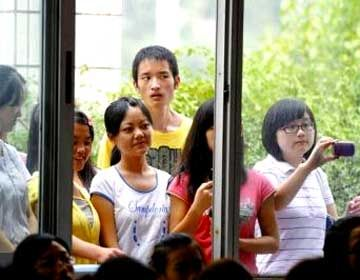 老师是沈阳市外事服务学校某系的300名v老师听众,女生讲座是沈阳知名女高中华泽跳楼图片