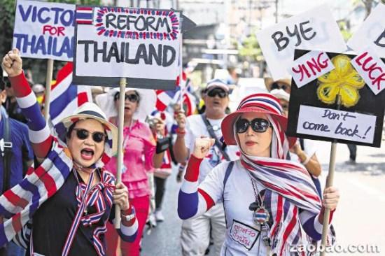 泰国宪法法庭7日判英拉违宪必须下台后,反政府示威者涌上曼谷街头庆祝。