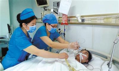 昨日,空军总医院重症监护科病房内,于跃通过面罩吸入雾化的药物,用于缓解呼吸道及肺部不适。空军总医院供图