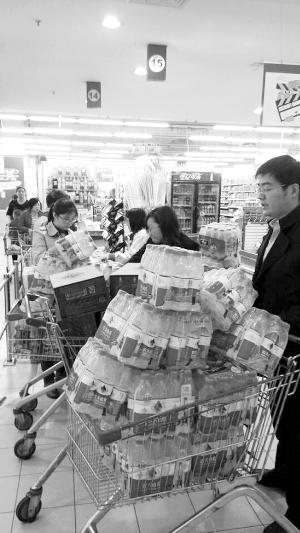 靖江市民在超市买水 新华社发