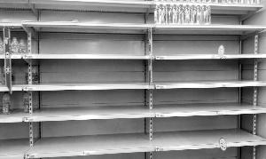 昨天连泰州一些超市的水都被抢购一空 现代快报记者 尹有文摄