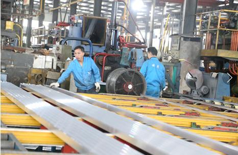 雄鹰铝业的一线工人正在加工铝材