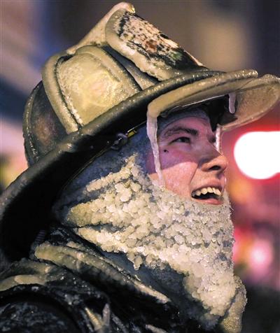 """消防员执行任务时,体验""""冰火""""两重天。"""