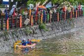 图文:杭州高校举办校园皮划艇大赛 偏离了赛道