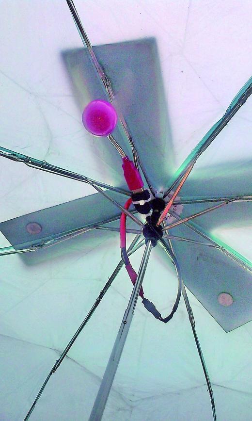 个小学生设计的太阳能雨伞,雨伞上加装了太阳能电池板(见小图)图片