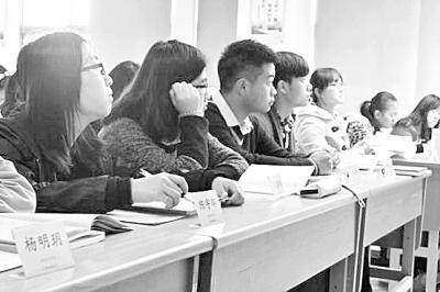 席卡课堂上,在听课的学生。资料图片