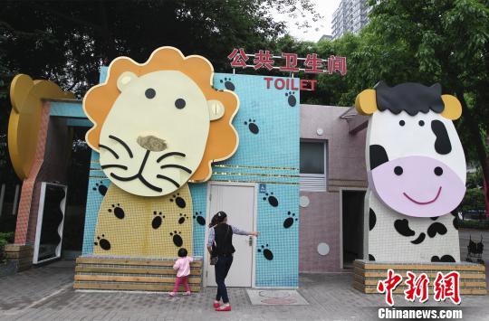 图为重庆动物园旁的动物形象公厕。周毅 摄