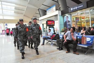 民兵在北京南站候车大厅内巡逻执勤。京华时报记者赵思衡摄