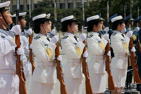 女兵仪仗队。