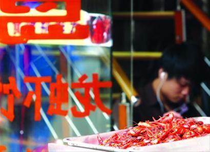 日前,申城已進入小龍蝦旺銷季,其食品安全問題一直備受關注。