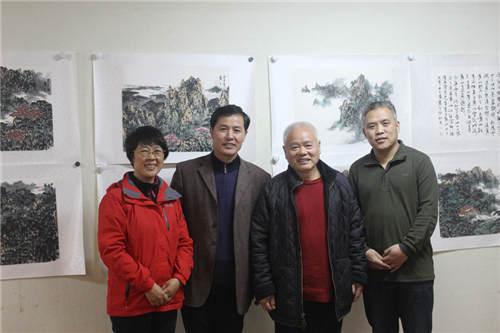 从右往左:画家黄之,著名画家李小可,书法家张玉有,本文作者程亚星图片