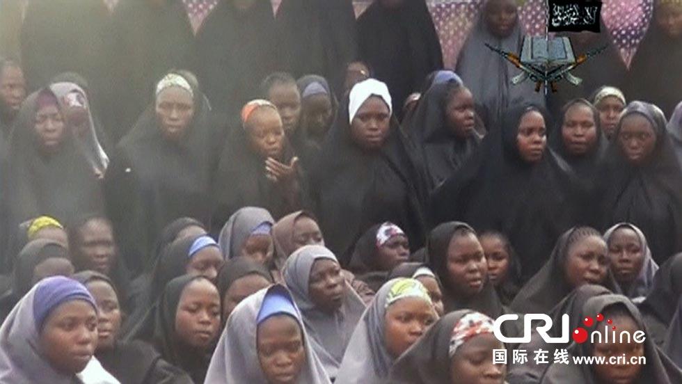 """当地时间2014年5月12日,极端组织""""博科圣地""""12日发布一段最新视频,视频显示了据称此前被其绑架的尼日利亚女学生。图片来源:HO/CFP"""
