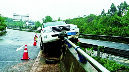 越野车骑上高速公路边的水泥护栏 通讯员 熊平 记者 吴珊 摄