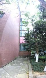 四川某高校,一座4层教学楼外加装了电梯。足够的楼间距是加装电梯的必要条件。