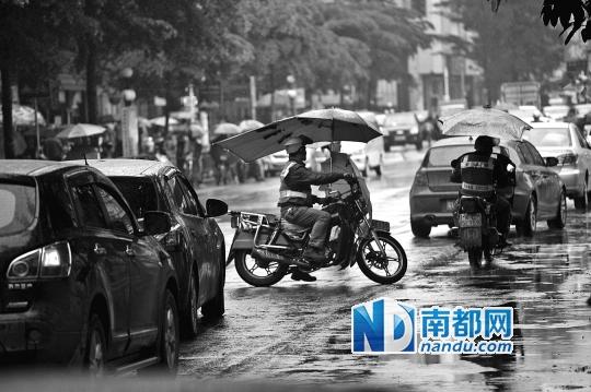 惠阳万联购物广场一辆的士停在斑马线上拉客,还有很多摩的司机逆行穿梭在机动车道上。
