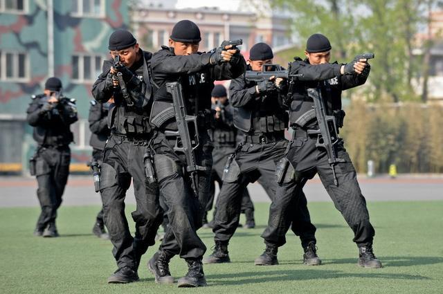 谁知道哪里有做公安教官服的_公安部教官团赴疆培训用枪 强化应对冷兵器能力(图)