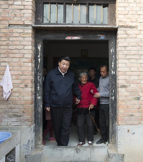3月17日,习近平来到他在第二批群众路线教育实践活动中的联系点―河南省兰考县,看望东坝头乡张庄村85岁老人张景枝。 新华社 图