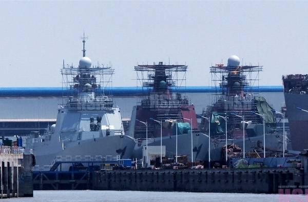 2014年3月21日上午,我国最新研制的052D型导弹驱逐舰首舰昆明号顺利服役,引起极大关注。首舰服役之后,052D型驱逐舰的后续舰也在抓紧建造。近日,我国某船厂内052D驱逐舰的最新建造情况在网络上曝光。网友拍摄的照片显示,该船厂内有3艘052D驱逐舰并列停靠,同时下水舾装。据悉,052D型驱逐舰目前已经建造4艘。