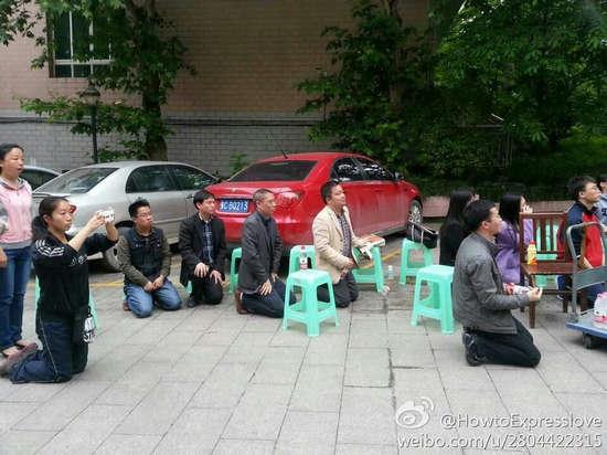 图为网传遵义四中老师集体下跪照.-网传遵义一中学老师集体下跪抗议图片