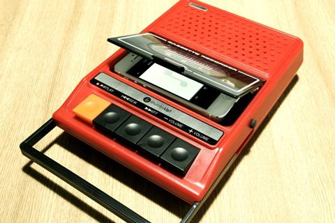 这款给iphone专门设计的播放器,采用了复古风格的磁带录音机版式.