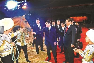 习近平接受别尔德穆哈梅多夫代表土方赠予中方的一匹汗血马供图/新华
