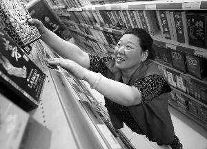 大妈在超市工作,经常理货 现代快报记者 马晶晶 摄