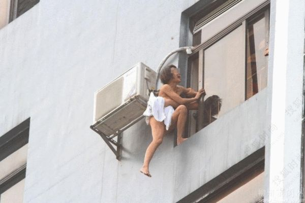 全裸跳楼引围观组图 搜狐大连