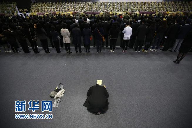 """4月29日,在韩国安山设立的""""岁月""""号沉船事故遇难者祭堂,一名佛教僧人伏地祷告。"""
