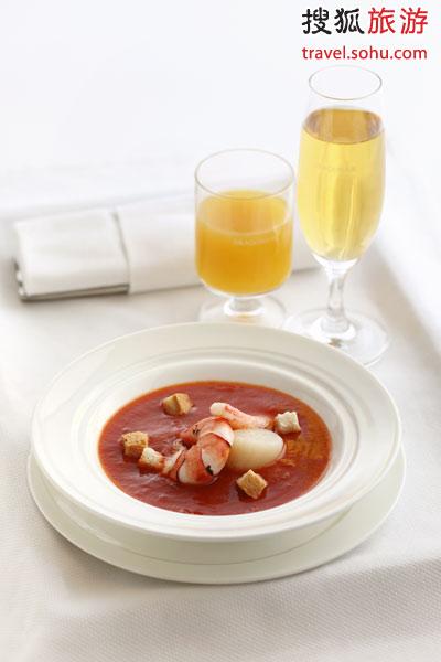 """北京瑜舍酒店Sureño餐厅为头等舱乘客带来""""西班牙番茄海鲜汤"""""""
