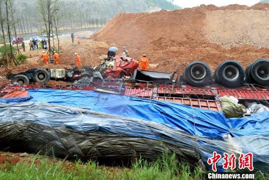 5月15日7时许,沪昆高速贵州省凯里路段工友大桥处,一辆满载五金制品的货运大挂车从约20米高的桥上坠落,车辆解体,车上2人当场遇难。 江懿贤 摄