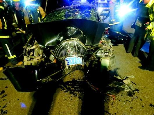 婚车被撞得严重变形。章丘消防供图