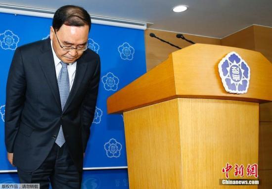 """资料图:韩国国务总理郑烘原于当地时间27日上午召开发布会,称自己应对韩国""""世越""""号沉船事件负责,宣布辞职,并希望家属能原谅及理解他的决定。"""