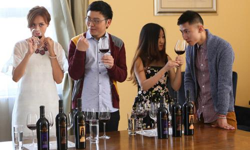 叶一茜与网友品鉴红酒