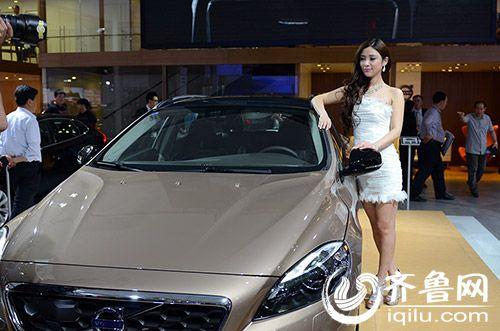 5月15日,2014青岛国际车展在青岛国际会展中心开幕,香车美女亮相,为
