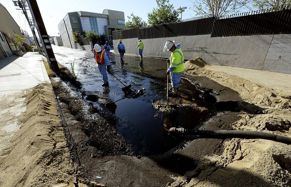 石油道_洛杉矶石油管道破裂上万加仑石油泄漏街头 或引发环境