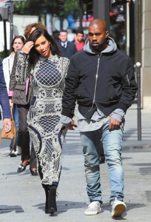 法国巴黎,金·卡戴珊(kimkardashian)与未婚夫坎耶·维斯特(kanyewest