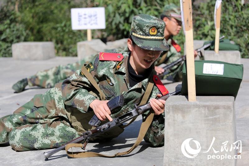 该站党委委员、副政治委员刘伟琼下连当兵期间与官兵一同进行实弹射击训练。