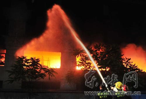 仓山一日用品工厂雨夜起火 燃烧5小时4层厂房烧空