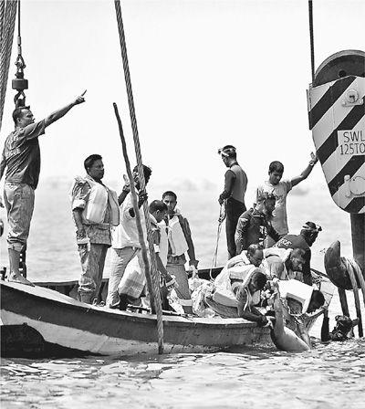 5月16日,救援人员在距离孟加拉国首都达卡约30公里的梅克纳河打捞遇难者遗体。