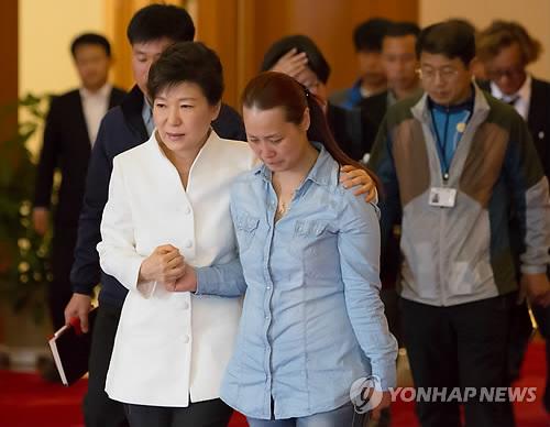 """韩国朴槿惠总统(左)16日下午在青瓦台接见了17名""""世越号""""沉船事故遇难者家属代表。"""