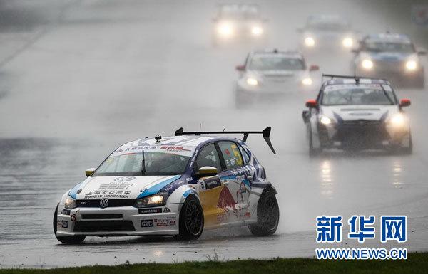 为车队捧回新赛季第一个车手冠军奖杯的猎豹汽车主力车手鹿丙龙登上领奖台最高层。