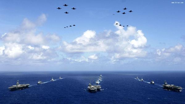 """资料图:所谓的""""海空战""""其实就是""""优势战"""",美国自己认为在海空领域占有很大优势!同样美国提出这样的""""战略构思""""证明美国害怕与中国进行地面战争!这一点已经很充分说明了,美国对于同中国进行地面战争采取的是回避的做法。图为美国海空力量编队。"""