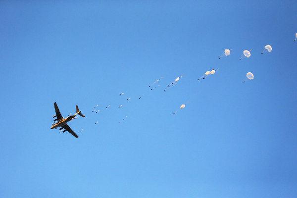 别���-�j&9j&9.i�c!y�d_资料图:我空降兵某师合成营经过数千公里远程机动,在大别山麓实施空降