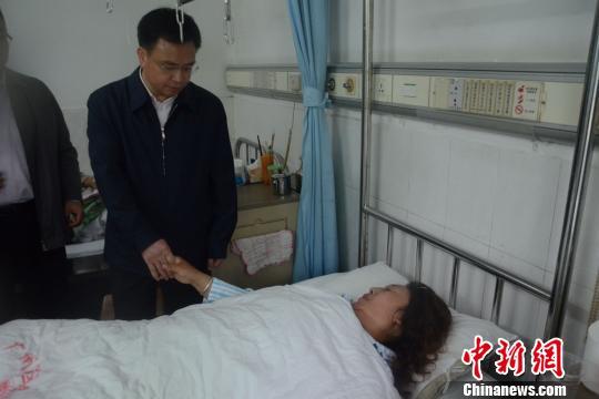 广州市委书记万庆良看望火车站砍人事件伤者(