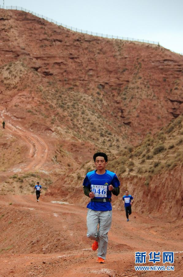 5月18日,选手们在挑战赛中。当日,丹霞徒步越野挑战赛在甘肃省张掖市平山湖地质公园举行,来自国内的500多名户外徒步爱好者参加了比赛。 新华社记者范培�|摄